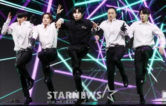 [★포토]김재환, '멤버들 대신 댄서들과'