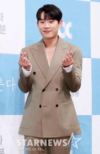 [★포토]김성철, '귀여운 양손 하트 뿅'