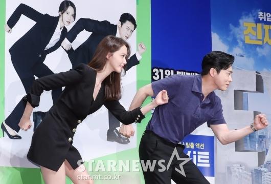 [★포토]윤아-조정석 '비상구 포즈'
