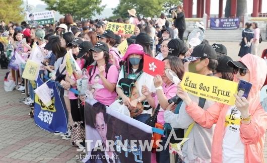 [★포토]'김수현 제대 기다리는 많은 팬들'