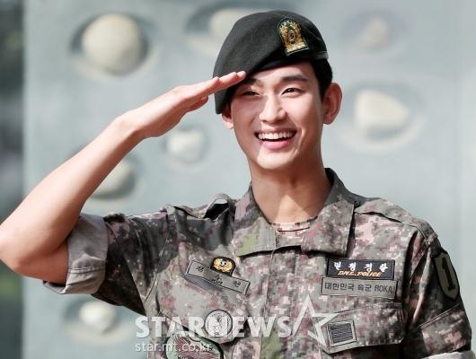 [★포토]김수현 '충성! 전역을 신고합니다!'