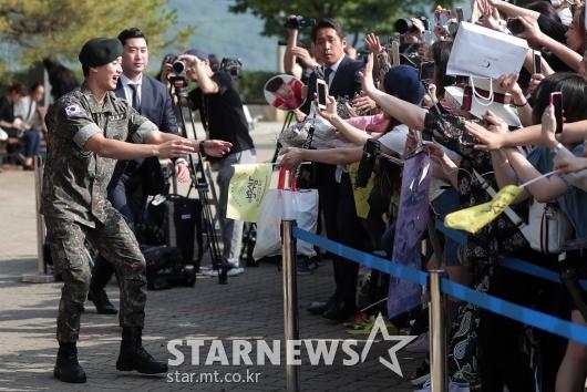 [★포토]김수현 전역 '팬들 곁으로'