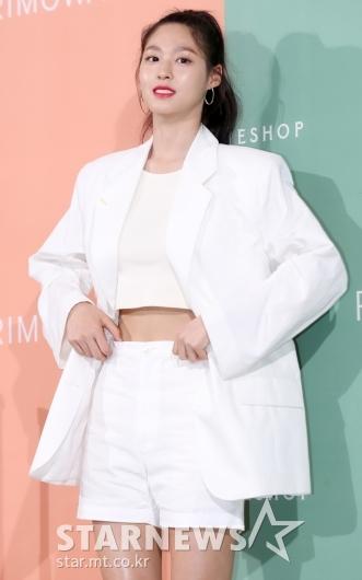 [★포토]설현 '살짝 보이는 잘록한 허리 라인'