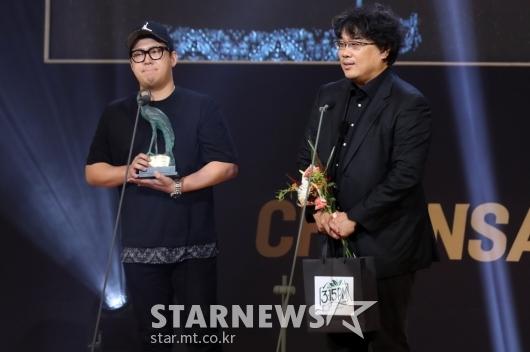 [★포토]각본상 수상한 한진원-봉준호