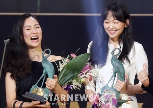 [★포토]전여빈-진기주 '신인여우상 너무 기뻐!'