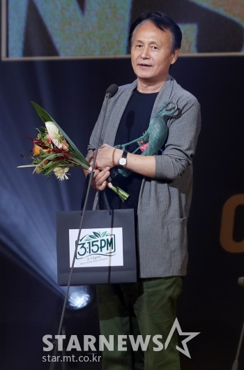 [★포토]특별작품상 수상한 문신구 감독