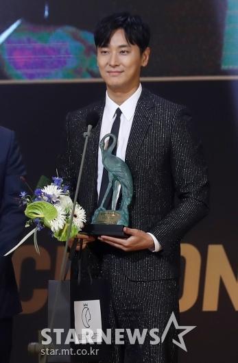 [★포토]주지훈 '암수살인'으로 남우주연상 수상