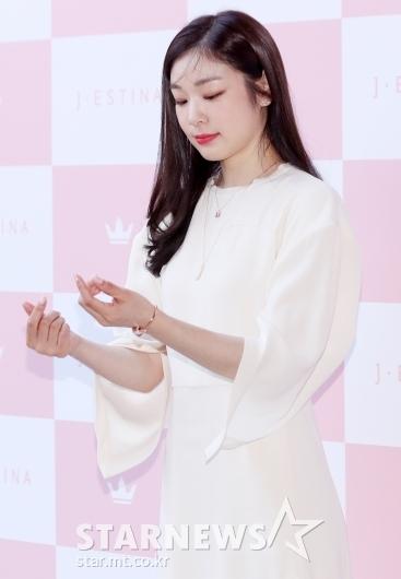 [★포토]김연아 '하트 전 미리 확인'