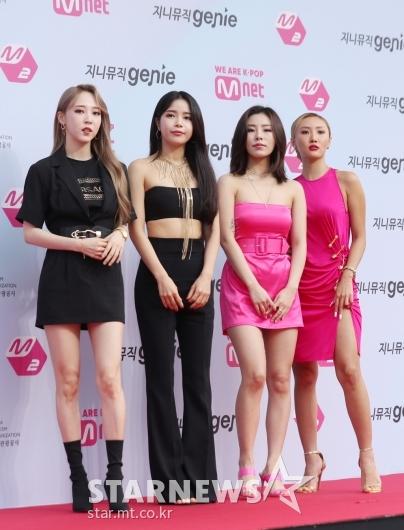 [★포토]마마무 '블랙 앤 핑크로 반반 패션'