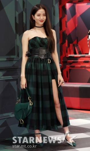 [★포토]지수 '시원하게 트인 드레스'