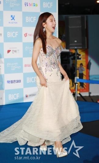 [★포토]박소영 '오프숄더 드레스 입고 블루카펫'