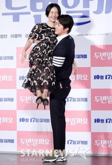 [★포토]이정현-권상우 '당황스러운 공주님 안기 포즈'