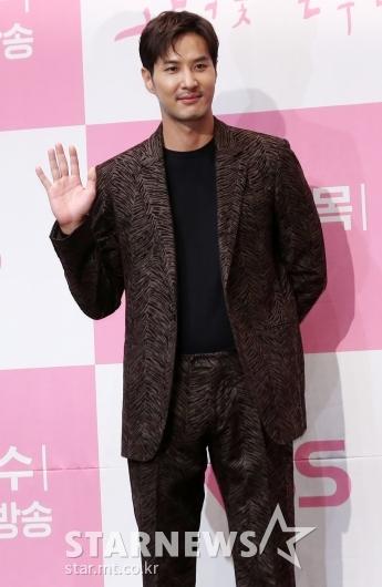 [★포토]김지석 '훈훈함 넘치는 손인사'
