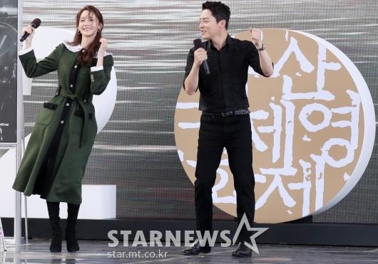 [★포토]윤아-조정석 '부산팬들 앞에서 900만 돌파 댄스'