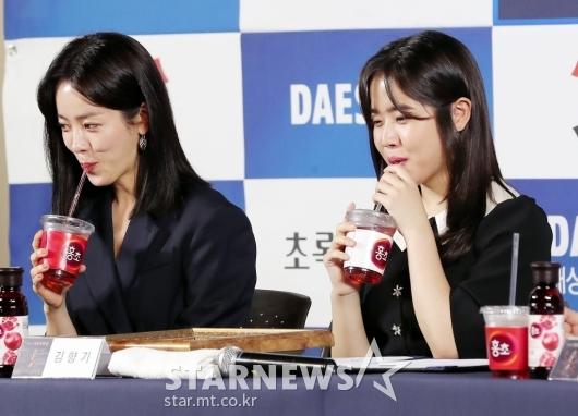 [★포토]한지민-김향기 '조심스럽게 마시는 음료'
