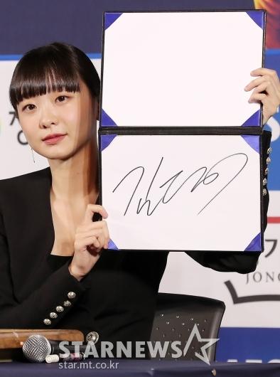[★포토]김다미 '사인도 예쁘죠?'