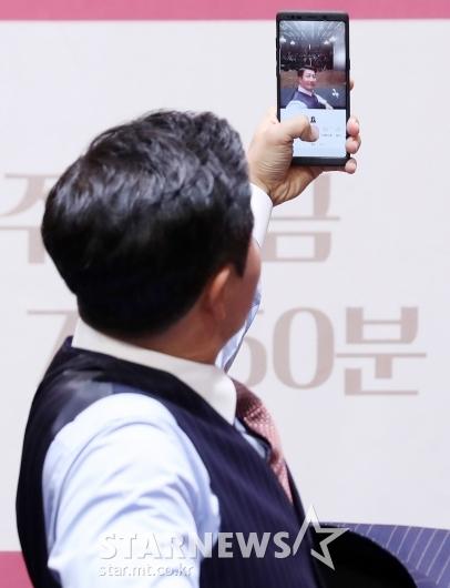 [★포토]이훈 '오랜만이라서 셀카 찰칵'