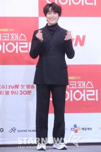 [★포토]윤시윤, 매력적인 손가락 하트