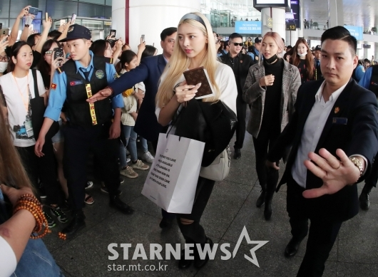 [★포토]유나 '철통경호 받으며 하노이 입국'