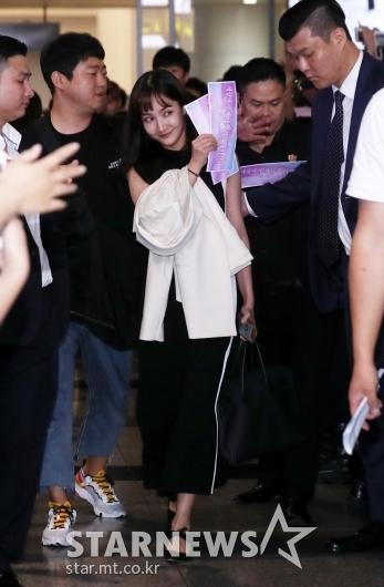 [★포토]박민영 '팬들의 환호 받으며 베트남 입국'
