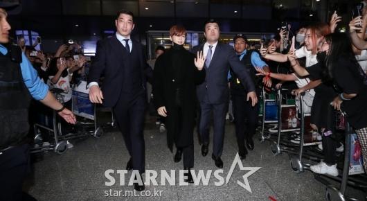 [★포토]강다니엘 '공항 마비시킨 입국길'