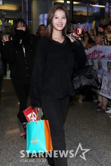 [★포토]사나 '팬들이 준 선물 들고 베트남 왔어요'