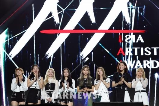 [★포토]트와이스, '2019 AAA 베트남' 올해의 가수상 수상