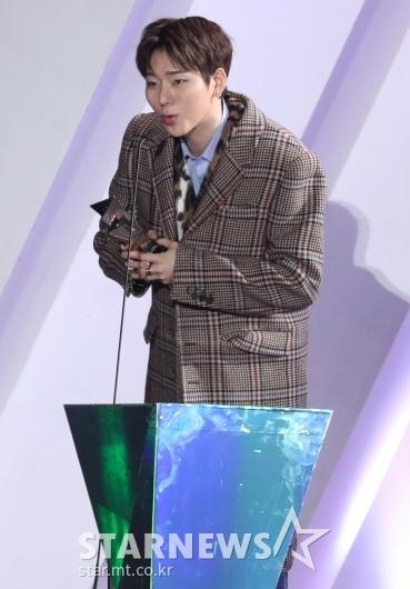 [★포토]지코 'AAA 베스트 프로듀서상 수상'