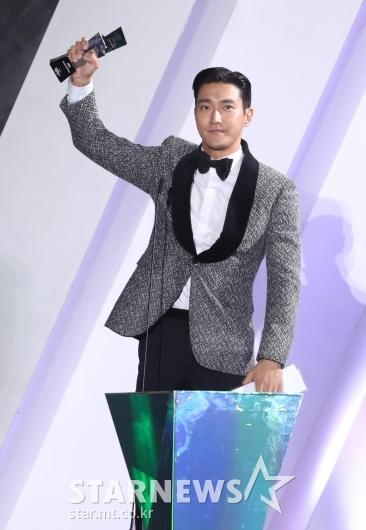 [★포토]최시원 '배우로 AAA서 베스트 아이콘 수상'