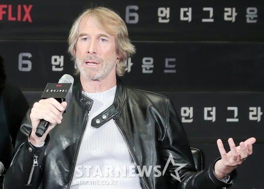[★포토]취재진 질의에 답하는 마이클 베이 감독