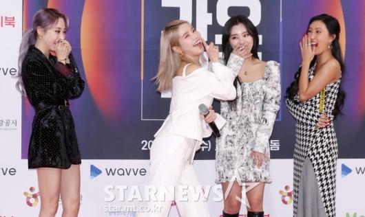 [★포토]솔라 '멤버들이 부끄러워하는 포즈'