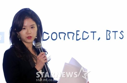 [★포토]'CONNETC, BTS' 작품 설명하는 강이연 작가