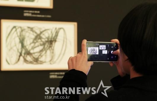 [★포토]핸드폰에 담는 'CONNECT, BTS'