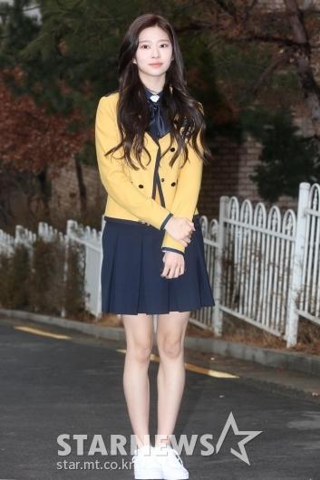 [★포토]아이즈원 민주 '교복만 입어도 예쁘죠?'