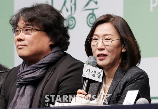 [★포토]곽신혜 대표 '트로피는 주인에게'
