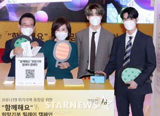 [★포토]정순균 강남구청장-NCT 재현-도영 '함께 기부해요'