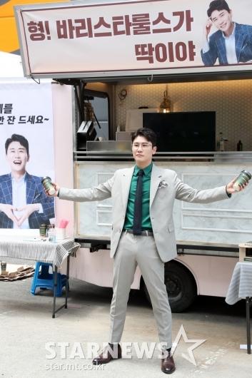[★포토]영탁 '임영웅 커피차 인증샷!'