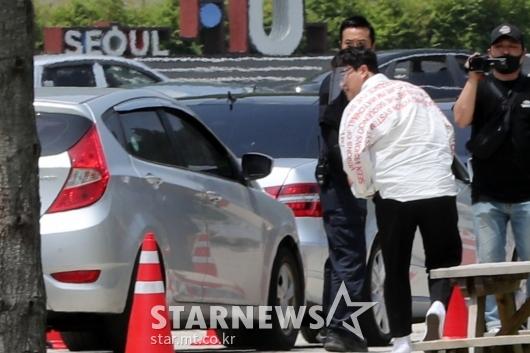 [★포토]김호중 '드라이브 스루 팬미팅 왔어요!'