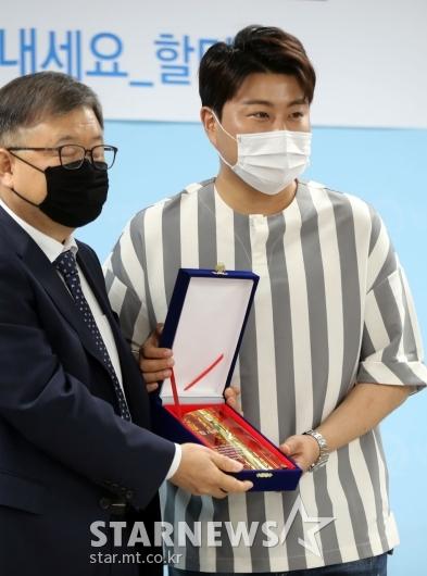 [★포토]김호중 '감사패 받았어요'