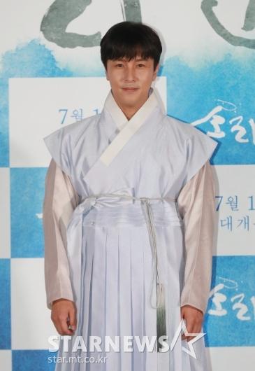[★포토]김동완 '한복 잘 어울리죠?'