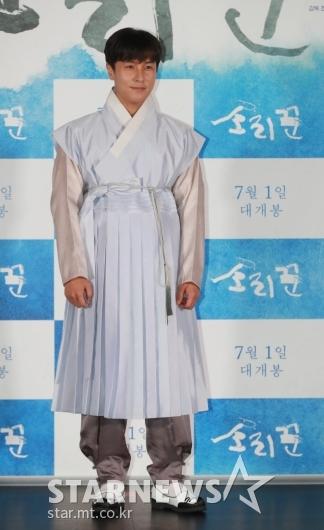 [★포토]김동완 '몰락 양반의 한복 자태'