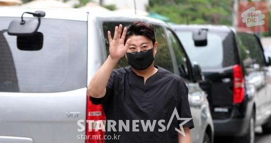 김호중 '아리스와 응원 속 출근!' [영상]