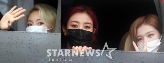 트와이스 채영-지효-사나 '팬들과 눈맞춤'[영상]