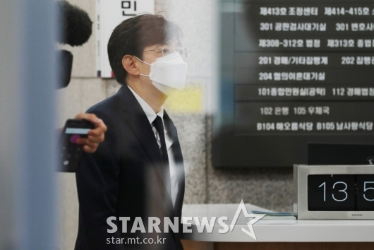법정 들어서는 '지하철 몰카' 김성준 전 앵커...집행유예 선고[★포토]