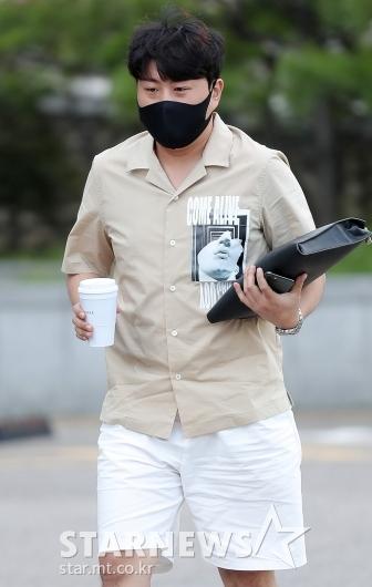 김호중 '커피 한 잔 들고 출근'[★포토]