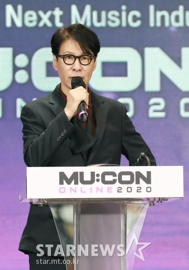 뮤콘 온라인 2020 콘퍼런스 진행하는 윤상 예술감독[★포토]