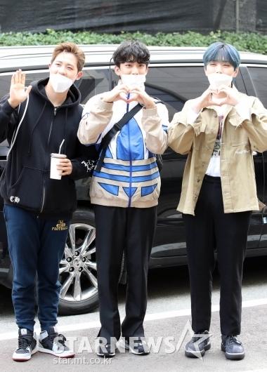 B1A4 '훈남들의 훈훈한 인사' [★포토]