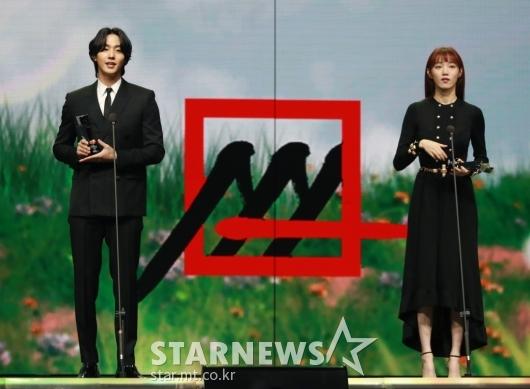 안효섭-이성경, 2020 AAA 베스트액터상 수상[★포토]