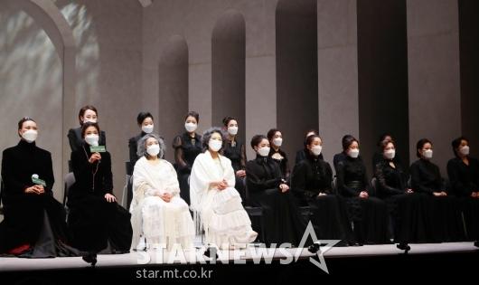 뮤지컬 '베르나르다 알바' 무대 가득 메운 18명의 배우들[★포토]