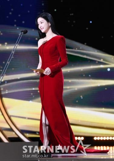 이유비 '매력적인 새빨간 드레스'[★포토]